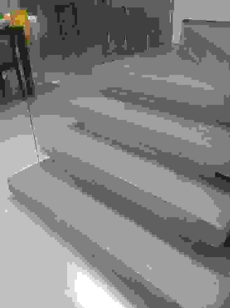 Pasillos, vestíbulos y escaleras modernos de Margareth Salles Moderno Concreto