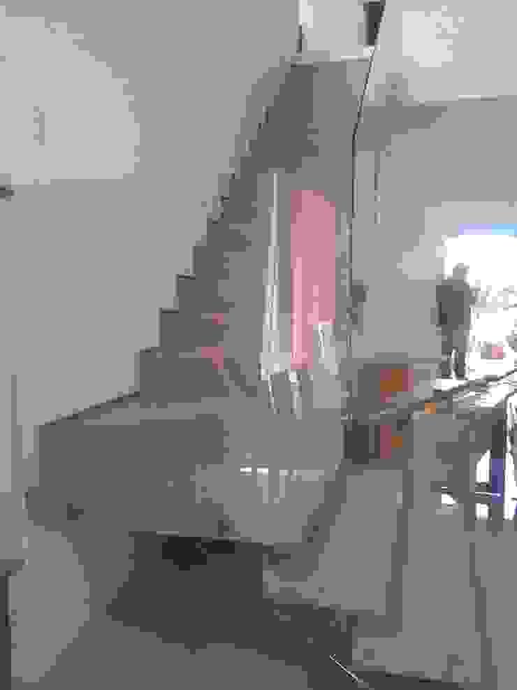 Pasillos, vestíbulos y escaleras modernos de Margareth Salles Moderno