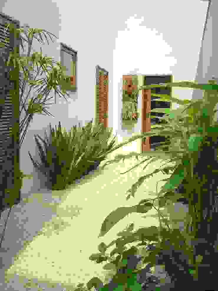 Renata Villar Paisagismo e Arranjos Florais Tropical style garden