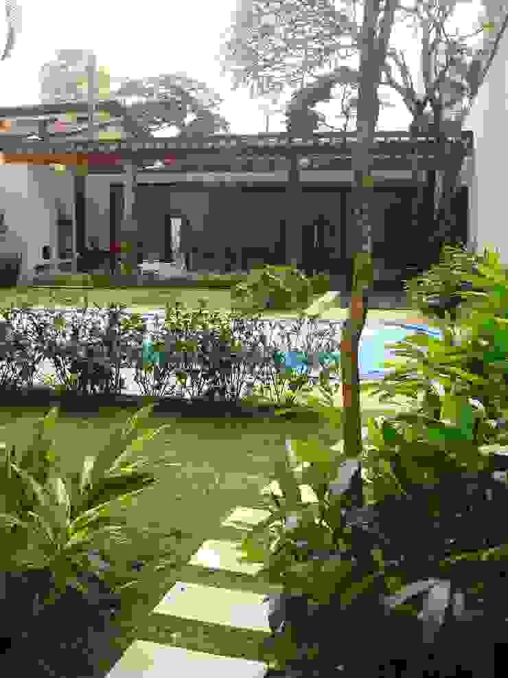 Renata Villar Paisagismo e Arranjos Florais Tropical style pool