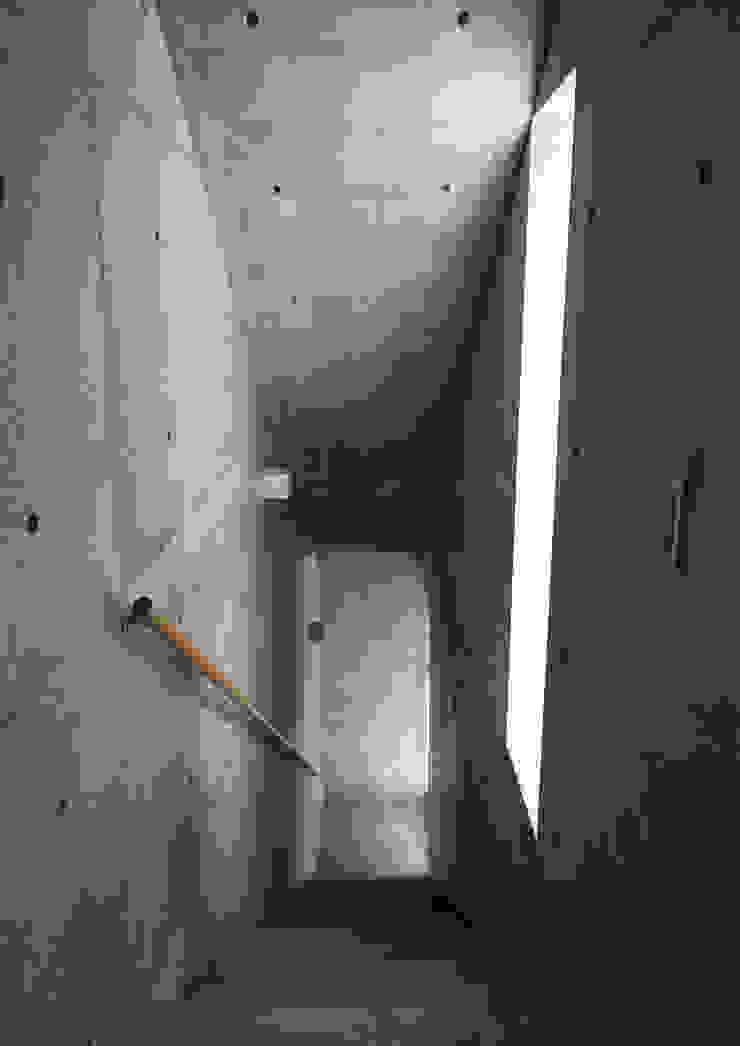 一級建築士事務所アトリエm Modern corridor, hallway & stairs Reinforced concrete Grey