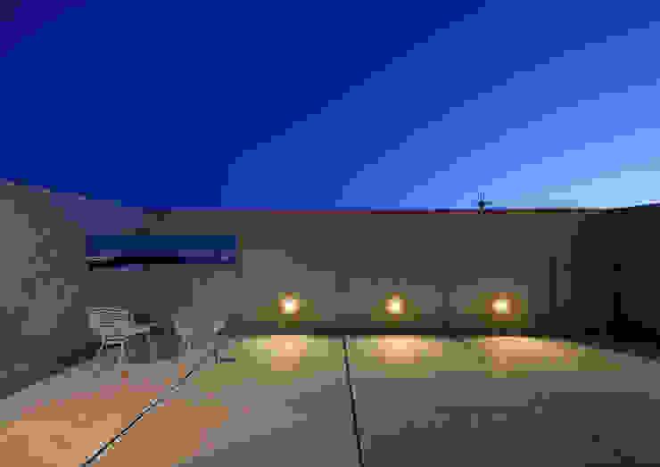 一級建築士事務所アトリエm Modern style balcony, porch & terrace Reinforced concrete Grey