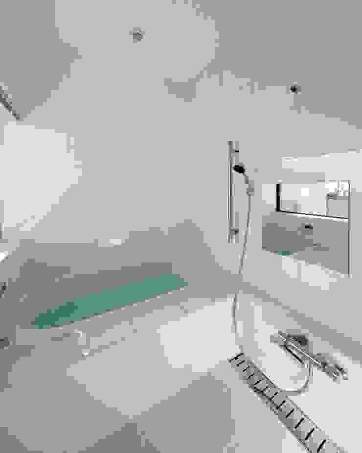 一級建築士事務所アトリエm Modern style bathrooms Tiles White