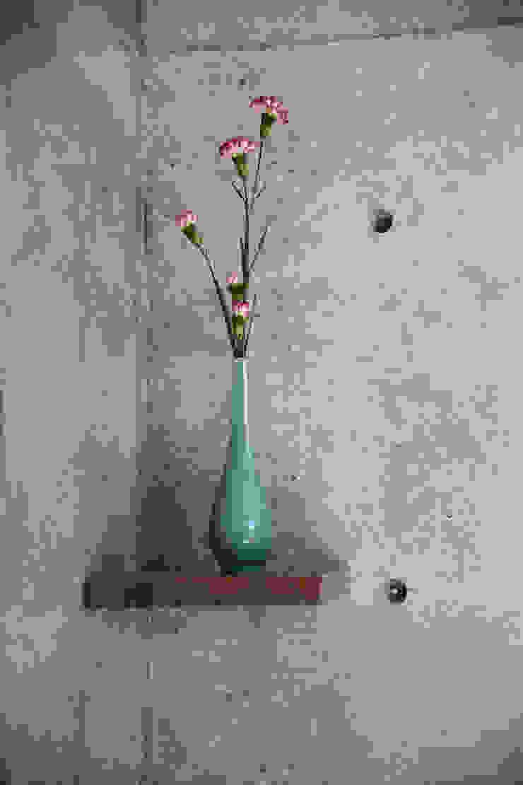 一級建築士事務所アトリエm Living roomShelves Reinforced concrete Grey