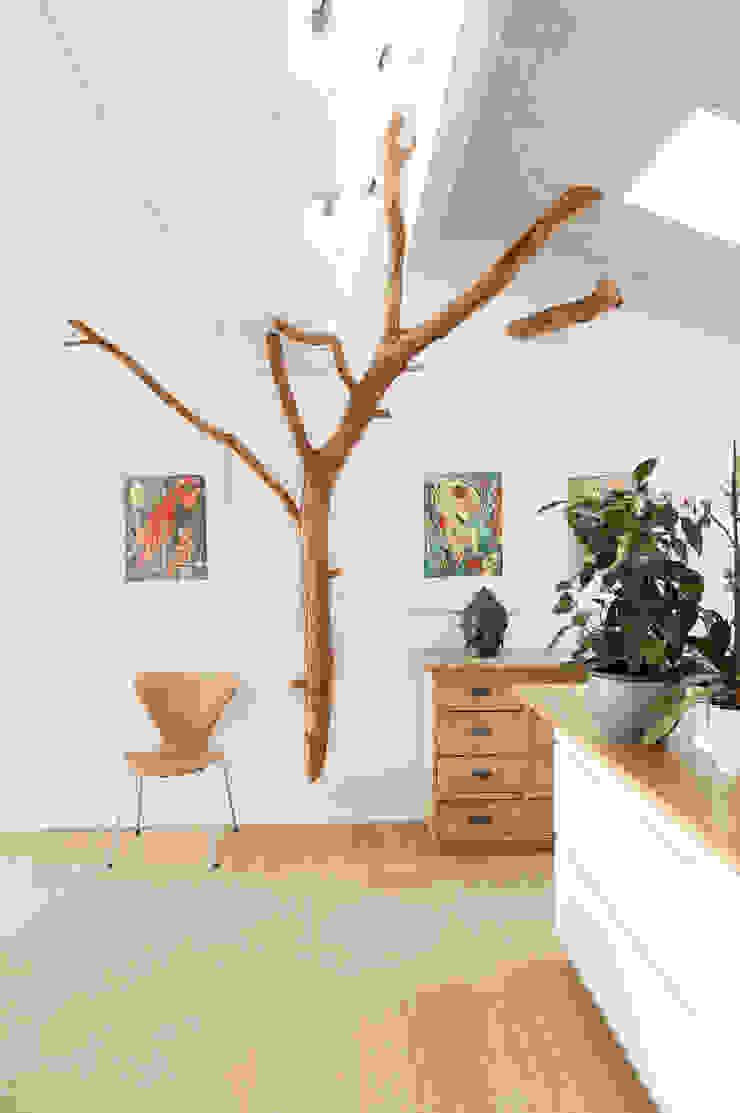 Baum im Wohnraum von Badabaum Skandinavisch