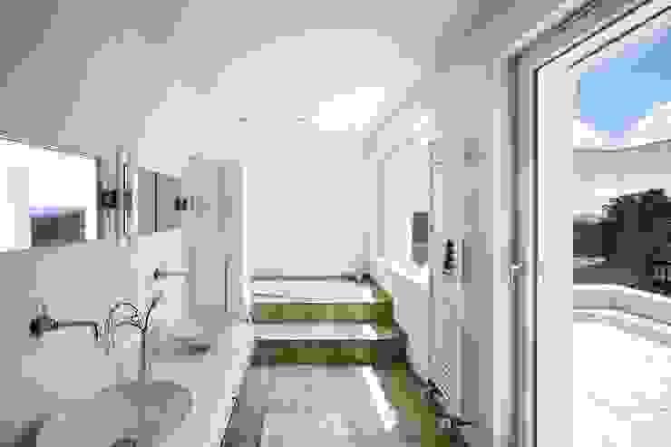 Kneer GmbH, Fenster und Türen의  욕실, 클래식