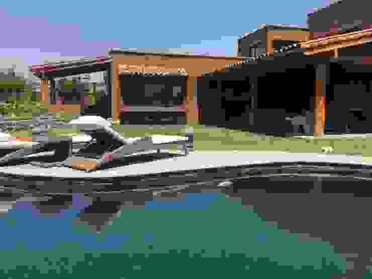 Casa mediterránea con piscina natural Casas de estilo mediterráneo de homify Mediterráneo