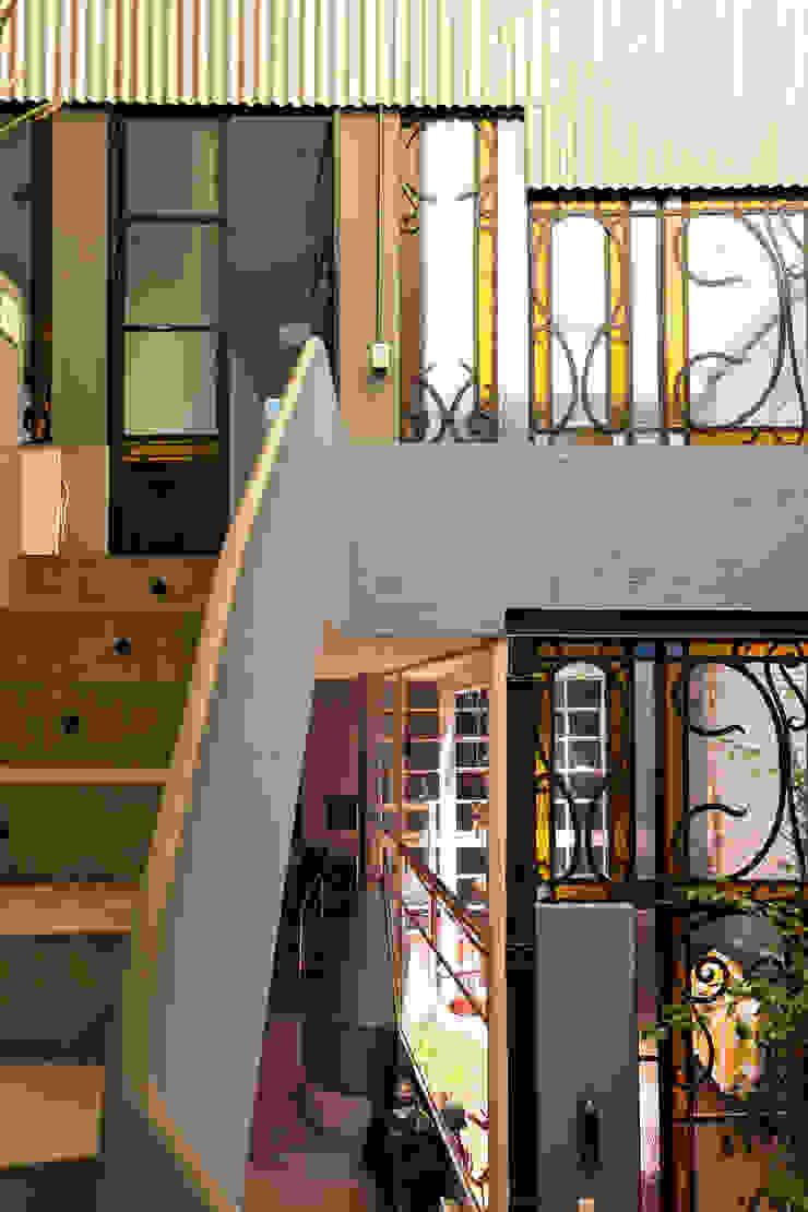 industrial style corridor, hallway & stairs. by Pop Arq Industrial Iron/Steel