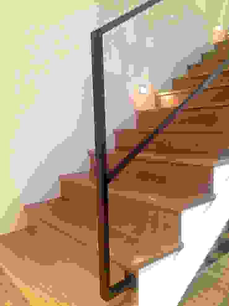 Modern Corridor, Hallway and Staircase by EKIDAZU Modern Iron/Steel