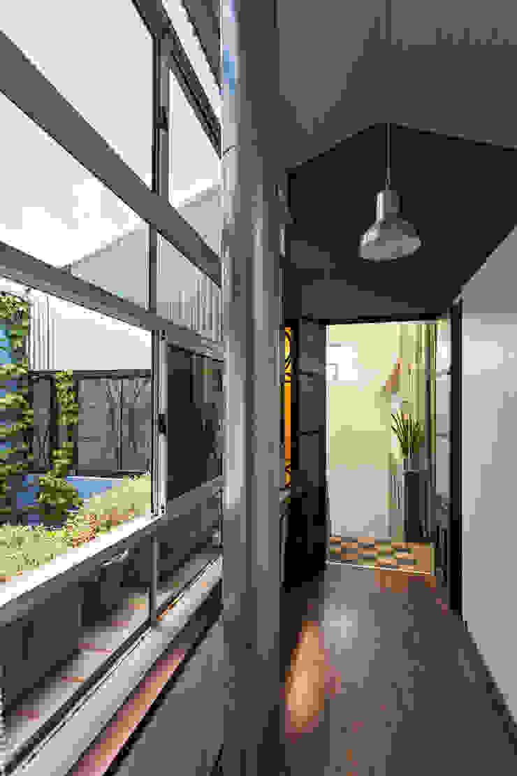 industrial style corridor, hallway & stairs. by Pop Arq Industrial