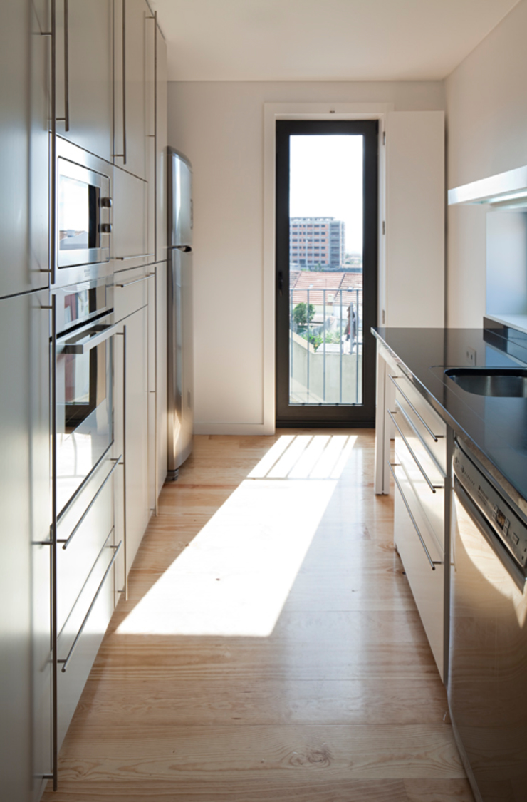 obra final - interior Cozinhas minimalistas por Ricardo Caetano de Freitas | arquitecto Minimalista