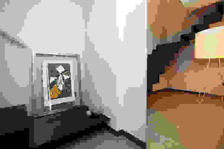 Gemmalo arquitectura interior Modern corridor, hallway & stairs Iron/Steel White