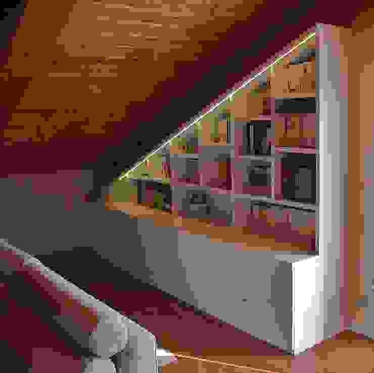 Libreria sottotetto Universo Legno StudioArmadi & Scaffali Legno Bianco