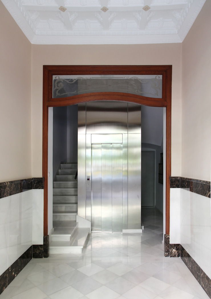 Rehabilitación en Comunidad Propietarios _ Zona Ensanche_Valencia Pasillos, vestíbulos y escaleras de estilo clásico de estudio de interiorismo pilar Gimeno Clásico Mármol