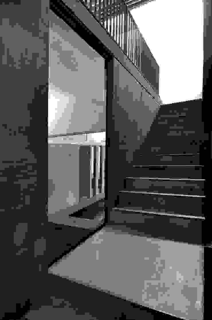 ESCALERA STUDIO 02 Pasillos, vestíbulos y escaleras modernos de Ramiro Zubeldia Arquitecto Moderno Concreto
