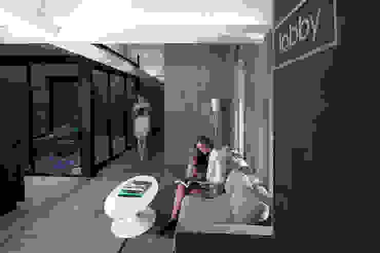 Pasillos, vestíbulos y escaleras modernos de Ramiro Zubeldia Arquitecto Moderno Concreto