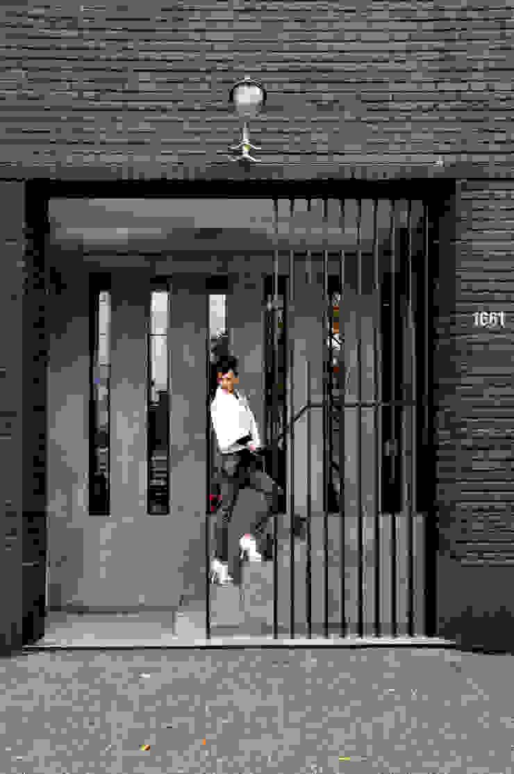 ACCESO CALLE CUCHA CUCHA Pasillos, vestíbulos y escaleras modernos de Ramiro Zubeldia Arquitecto Moderno Concreto