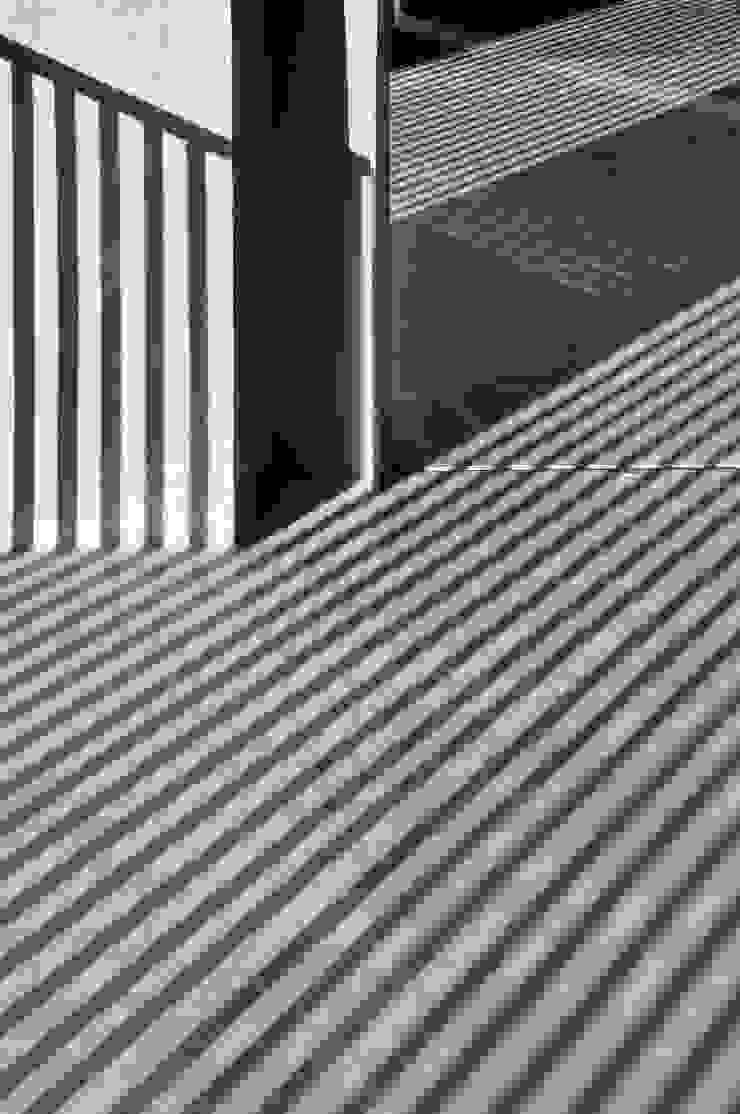 REFLEJOS Pasillos, vestíbulos y escaleras modernos de Ramiro Zubeldia Arquitecto Moderno Concreto