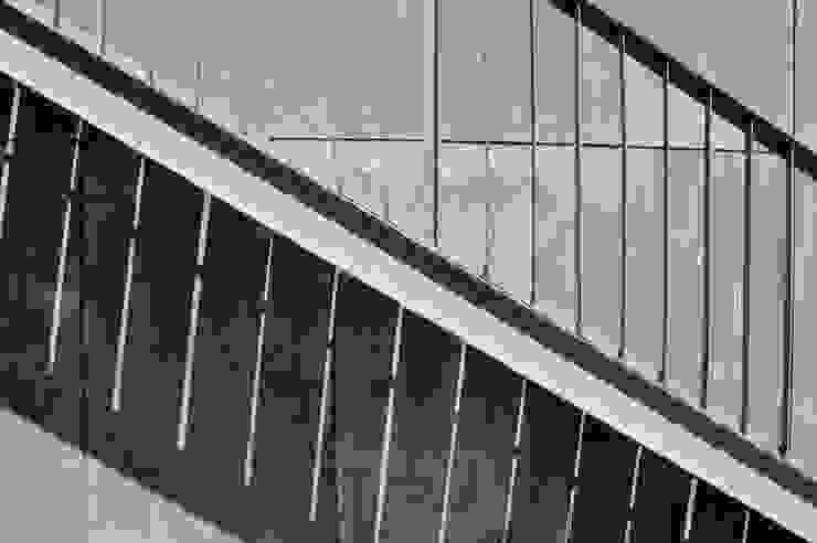 ESCALERA A TERRAZA 02 Pasillos, vestíbulos y escaleras modernos de Ramiro Zubeldia Arquitecto Moderno Hierro/Acero