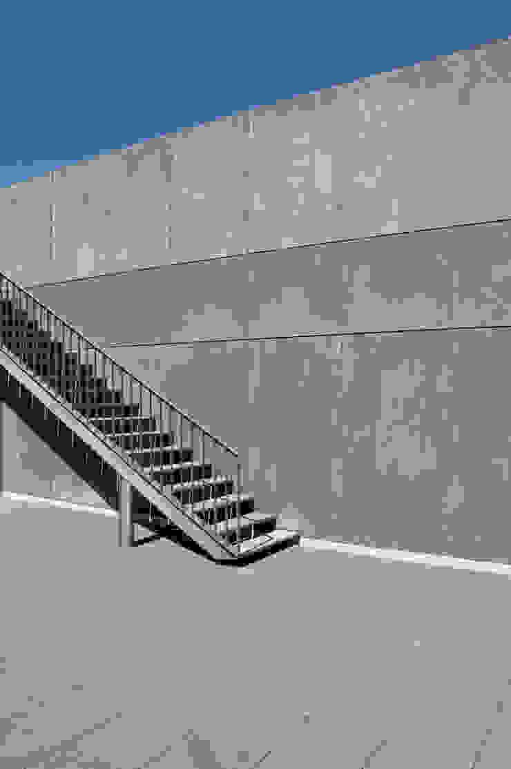 ESCALERA A TERRAZA 02 Pasillos, vestíbulos y escaleras modernos de Ramiro Zubeldia Arquitecto Moderno Concreto