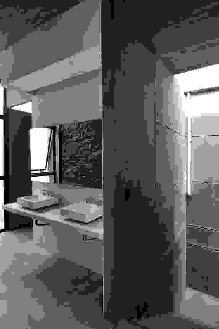 BAÑO PUBLICO Baños modernos de Ramiro Zubeldia Arquitecto Moderno Concreto
