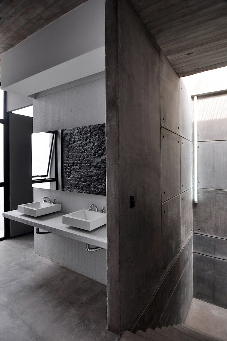 Bagno moderno di Ramiro Zubeldia Arquitecto Moderno Cemento