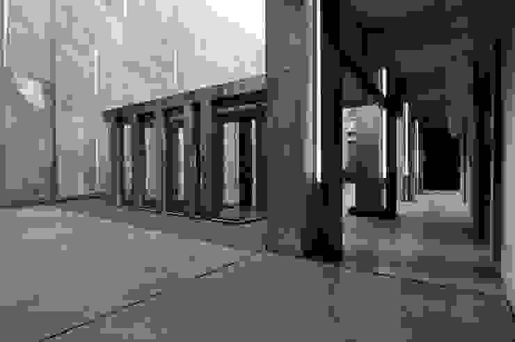 Moderne gangen, hallen & trappenhuizen van Ramiro Zubeldia Arquitecto Modern Beton