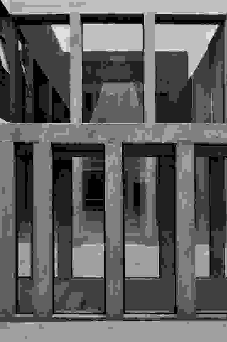 ESCALERA A SUBSUELO Pasillos, vestíbulos y escaleras modernos de Ramiro Zubeldia Arquitecto Moderno Concreto