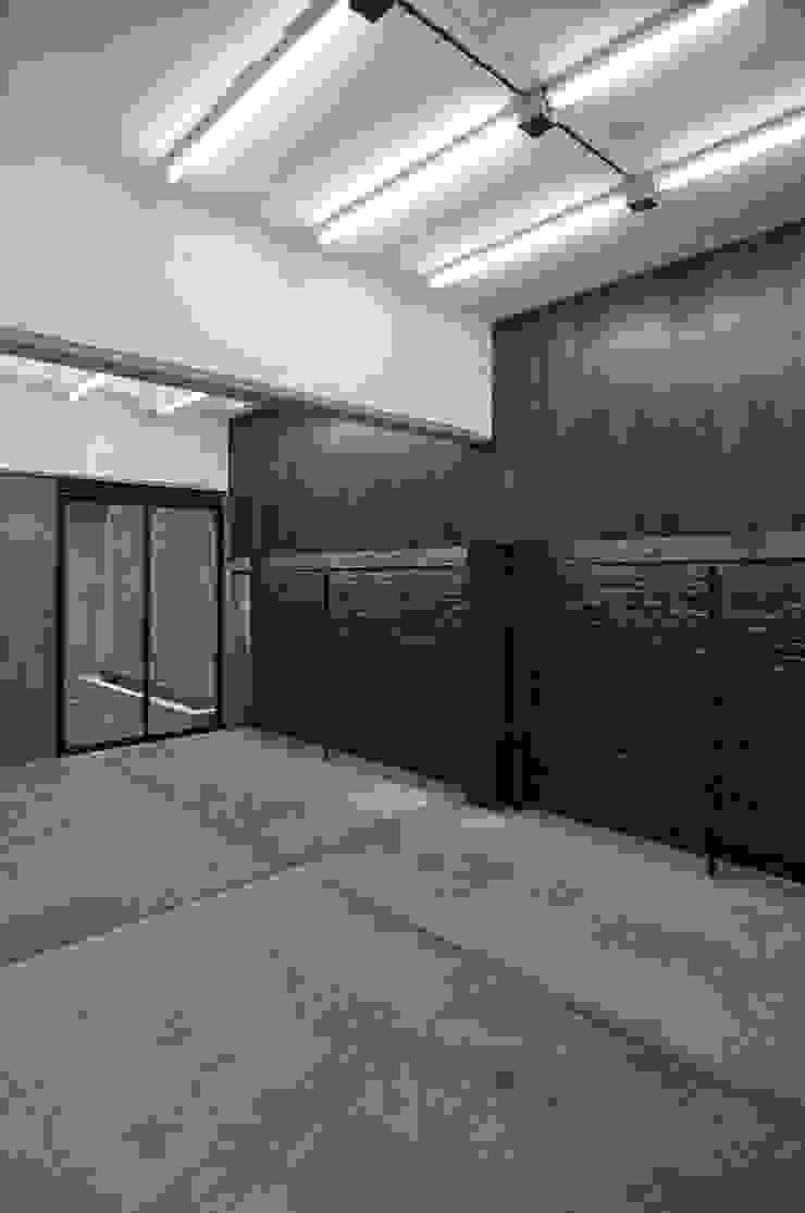 SALA DE VESTUARIO Vestidores modernos de Ramiro Zubeldia Arquitecto Moderno Contrachapado