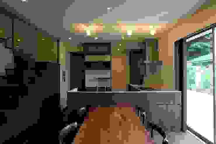 焦げ茶で統一されたダイニングキッチン 和風デザインの ダイニング の 有限会社 橋本設計室 和風