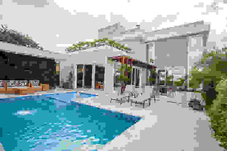 Casas modernas de Heloisa Titan Arquitetura Moderno Madera maciza Multicolor