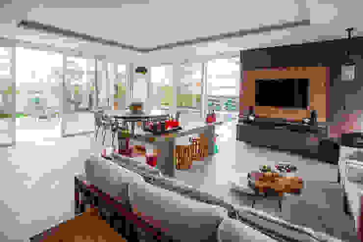 Balcones y terrazas modernos de Heloisa Titan Arquitetura Moderno Derivados de madera Transparente
