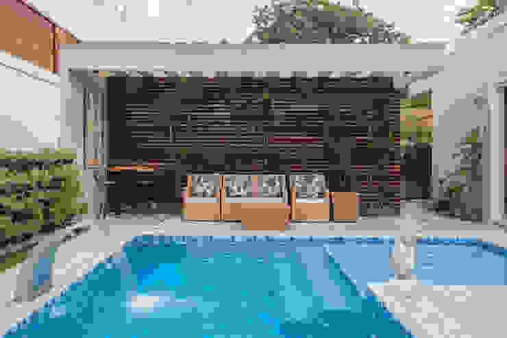 Albercas modernas de Heloisa Titan Arquitetura Moderno Madera maciza Multicolor