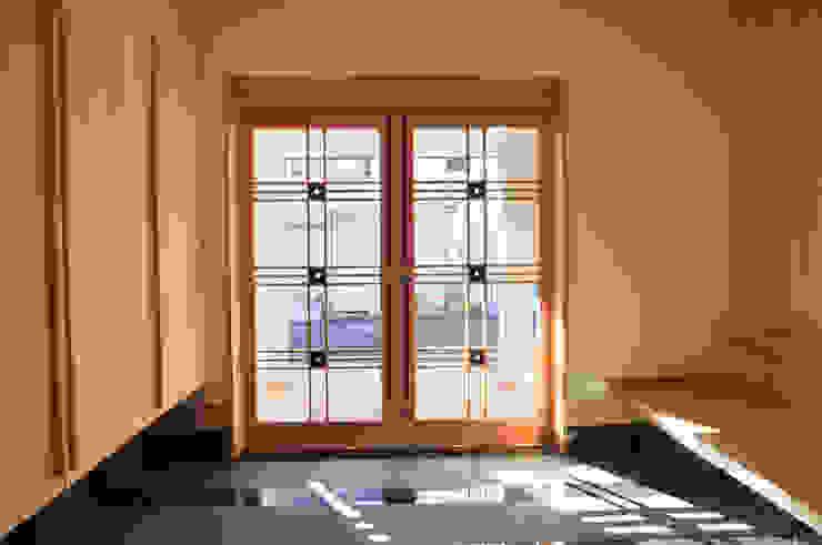 Modern Corridor, Hallway and Staircase by (株)独楽蔵 KOMAGURA Modern