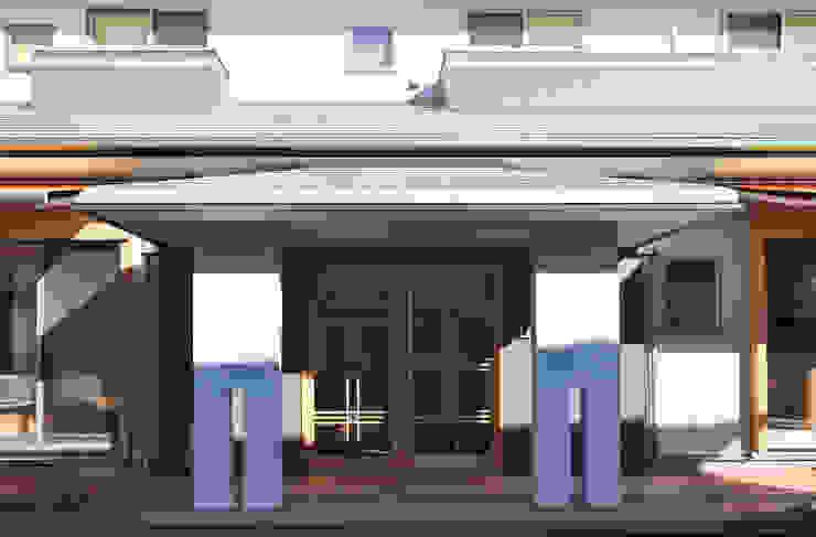 玄関ポーチ: (株)独楽蔵 KOMAGURAが手掛けた廊下 & 玄関です。,モダン