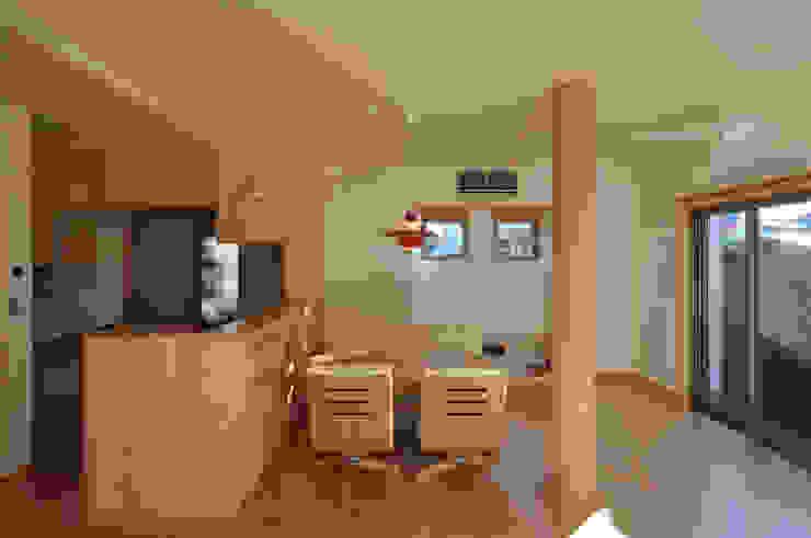 応接玄関のある二世帯住宅: (株)独楽蔵 KOMAGURAが手掛けたリビングです。,モダン