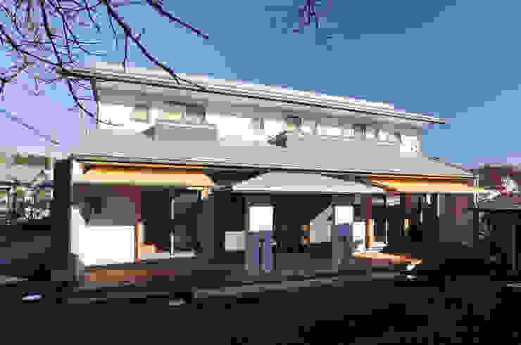 応接玄関のある二世帯住宅: (株)独楽蔵 KOMAGURAが手掛けた家です。,モダン