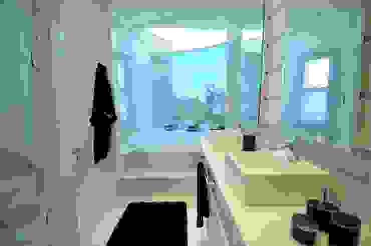 Modern Bathroom by João Linck | Arquitetura Modern