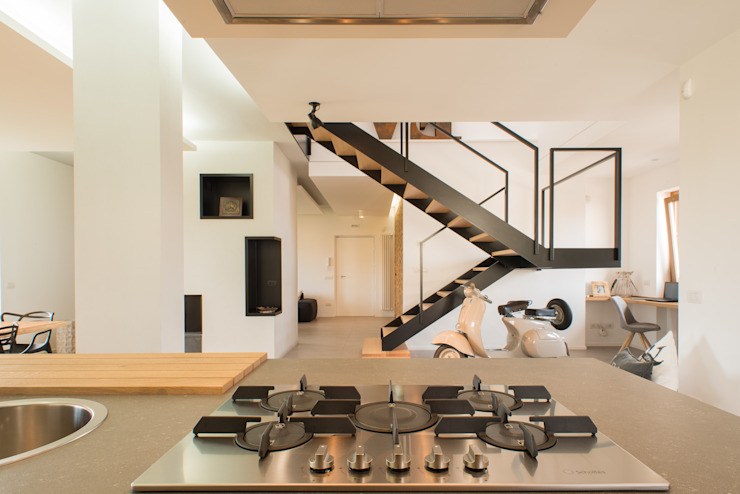Un appartamento su due livelli Cucina moderna di Mario Ferrara Moderno