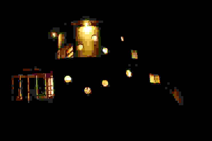 Fachada Nocturna de ALIWEN arquitectura & construcción sustentable - Santiago Rústico