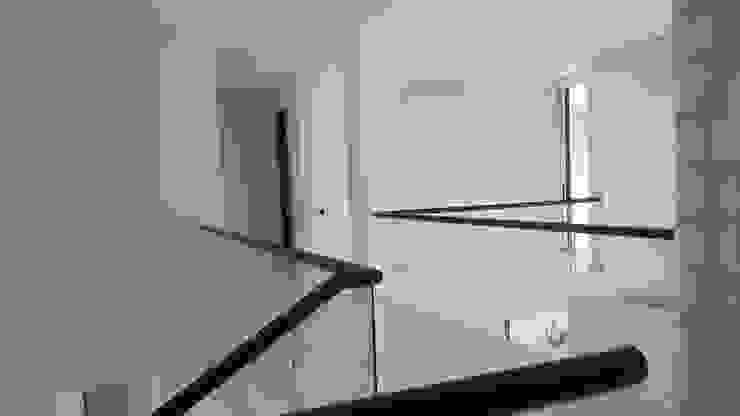 Puente comunicación segundo piso. de homify Moderno Concreto