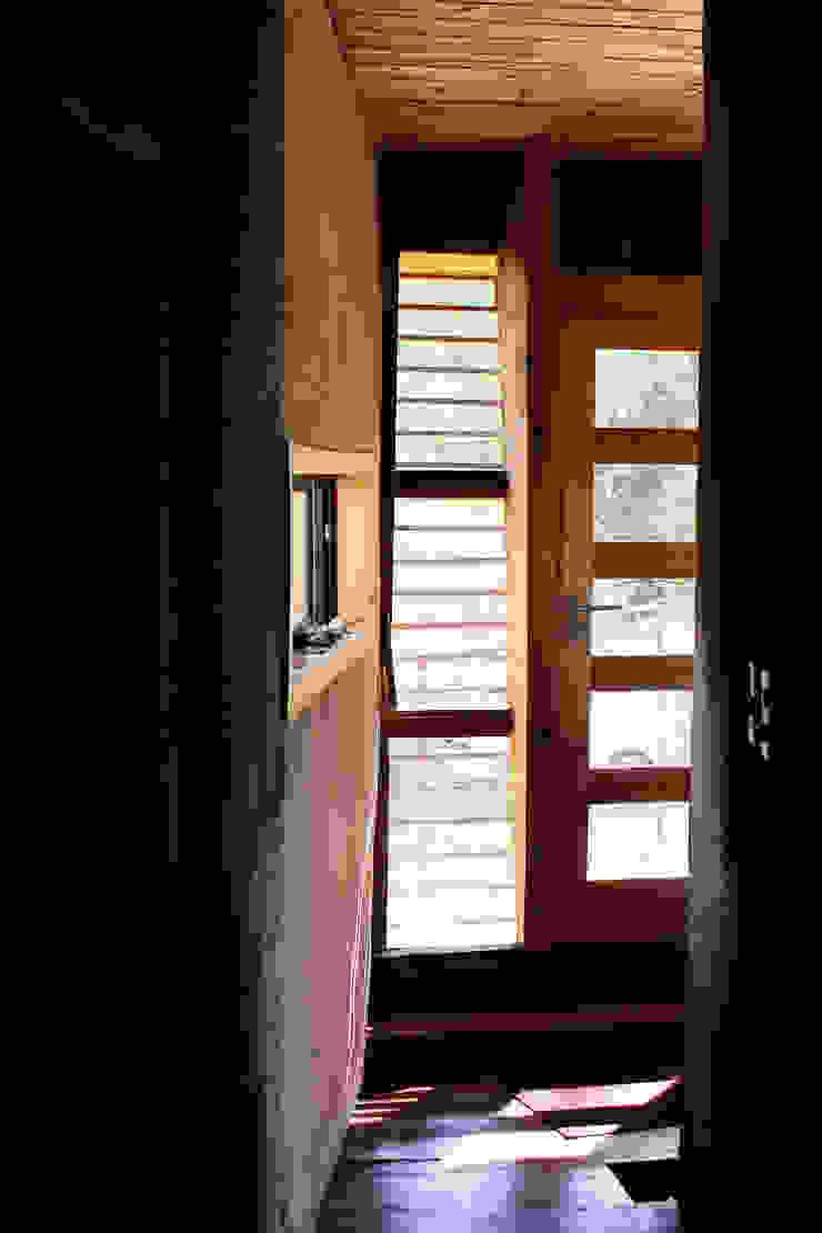 Hall de Entrada Pasillos, vestíbulos y escaleras modernos de ALIWEN arquitectura & construcción sustentable - Santiago Moderno