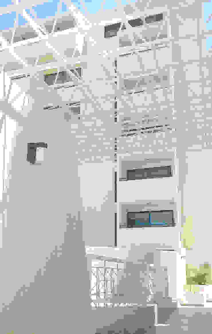 MODERNA FACHADA DE LA RESIDENCIA Casas de estilo minimalista de Inversiones Su Paraiso Minimalista