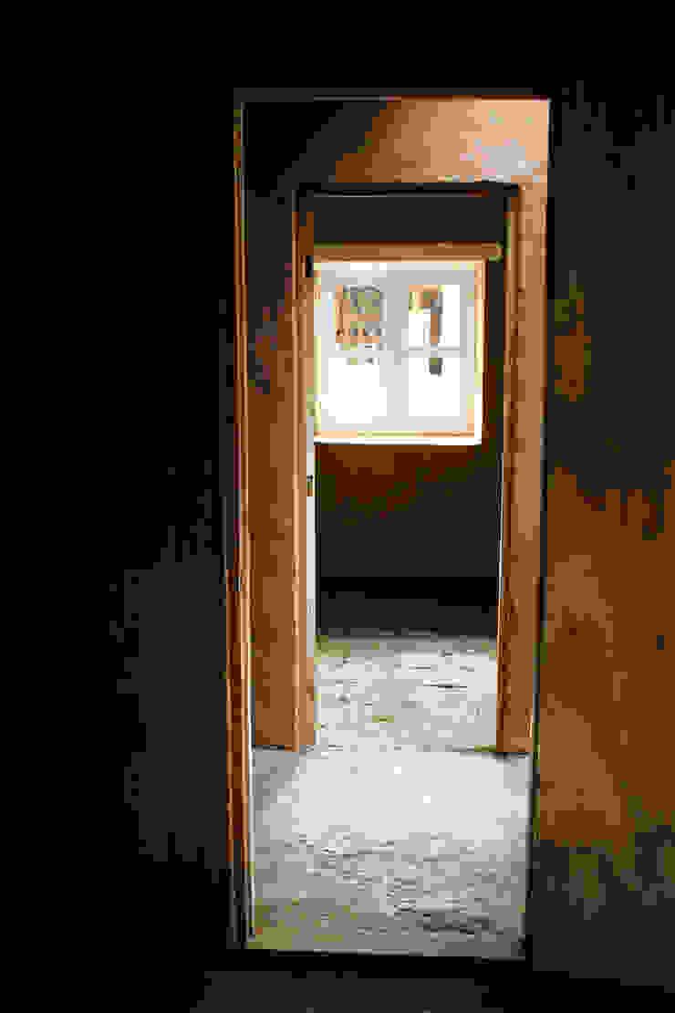 Subsidios de Reparación Patrimonial de Adobe por ALIWEN Pasillos, vestíbulos y escaleras coloniales de ALIWEN arquitectura & construcción sustentable - Santiago Colonial