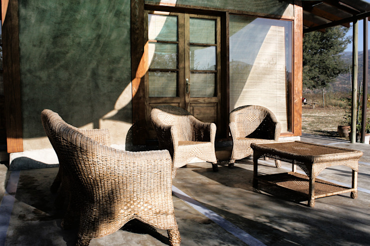 Country style balcony, porch & terrace by ALIWEN arquitectura & construcción sustentable - Santiago Country
