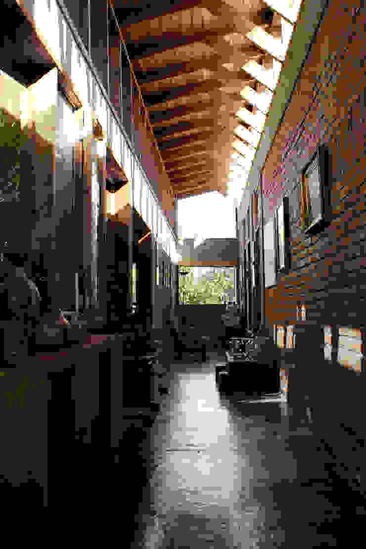 Country style corridor, hallway & stairs by ALIWEN arquitectura & construcción sustentable - Santiago Country