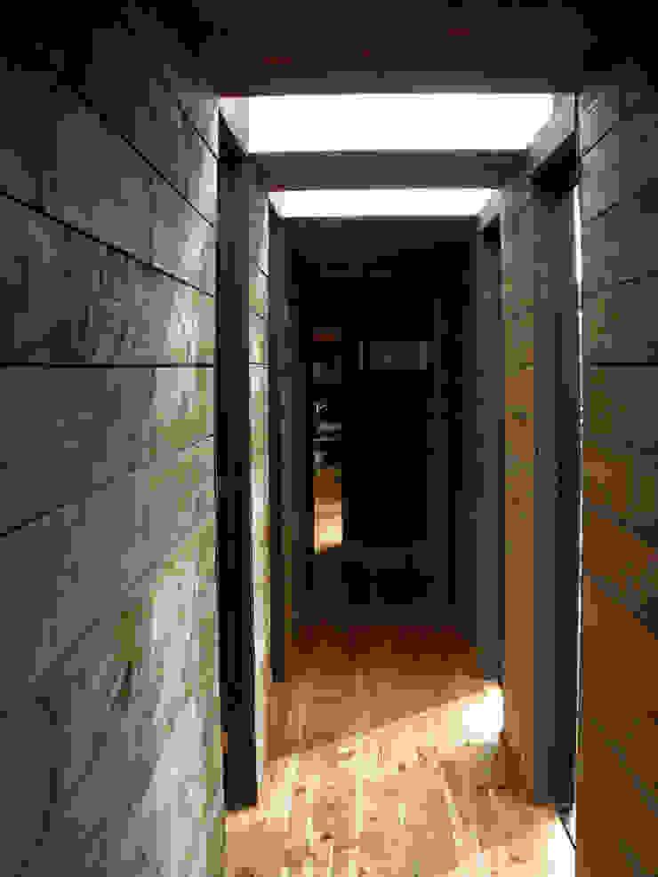 Pasillo Pasillos, vestíbulos y escaleras de estilo moderno de ALIWEN arquitectura & construcción sustentable - Santiago Moderno