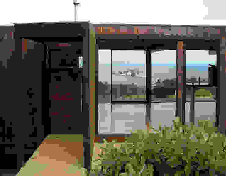 Puerta de Ingreso: Pasillos y hall de entrada de estilo  por ALIWEN arquitectura & construcción sustentable - Santiago,