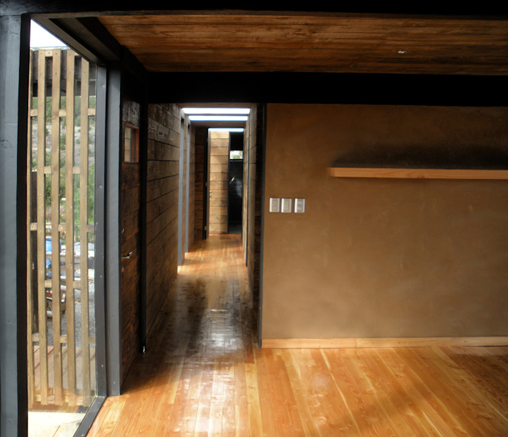Hall de Entrada Pasillos, vestíbulos y escaleras de estilo moderno de ALIWEN arquitectura & construcción sustentable - Santiago Moderno