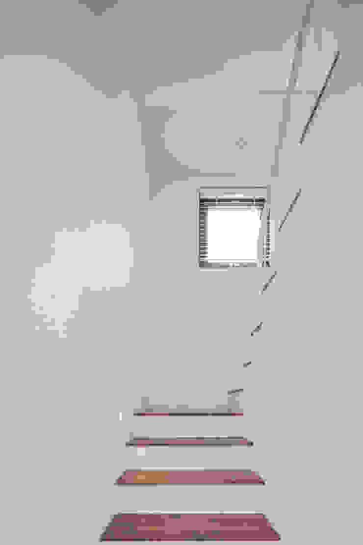 성석동 주택 (Seongseokdong House) 모던스타일 복도, 현관 & 계단 by 위빌 모던